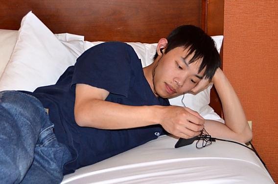 寝ながらスマホ